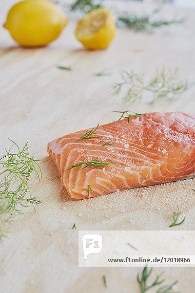 Nahaufnahme von gewürztem Lachs und Rosmarin auf dem Tisch