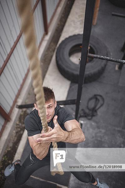 Hochwinkelansicht des männlichen Athleten beim Crossfit-Training