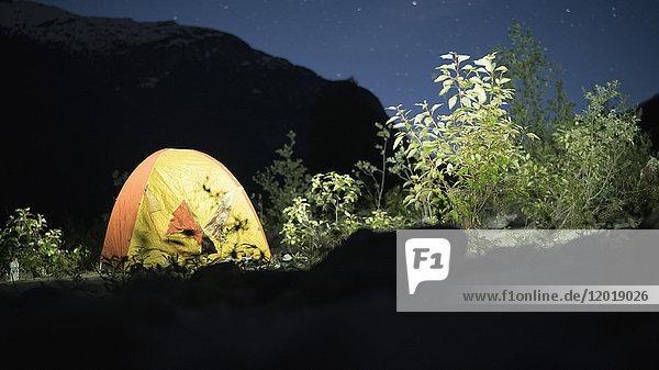 Zelt auf dem Feld gegen den Silhouettenberg bei Nacht  Squamish  British Columbia  Kanada Zelt auf dem Feld gegen den Silhouettenberg bei Nacht, Squamish, British Columbia, Kanada