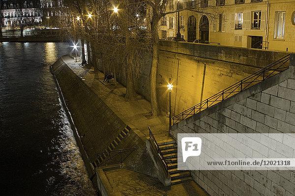 France,  Paris,  ile saint-Louis,  Quai d'Orleans,  at night.