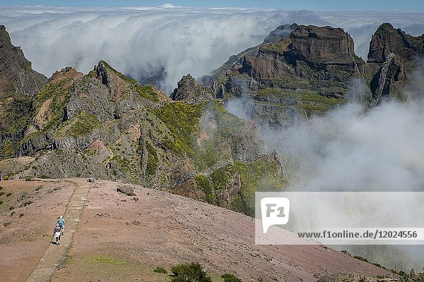 Hikers  vereda Areeiro  Madeira  Portugal.