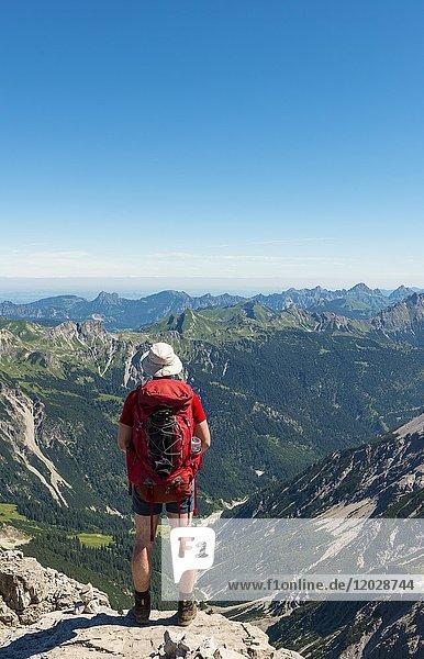 Wanderer blickt auf Berge und Alpen  Allgäu  Blick vom Hochvogel  Allgäuer Hochalpen  Bayern  Deutschland  Europa