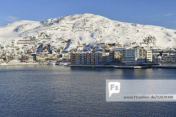 Wohngebäude direkt am Wasser einer Bucht  Hammerfest  Finnmark  Norwegen  Europa