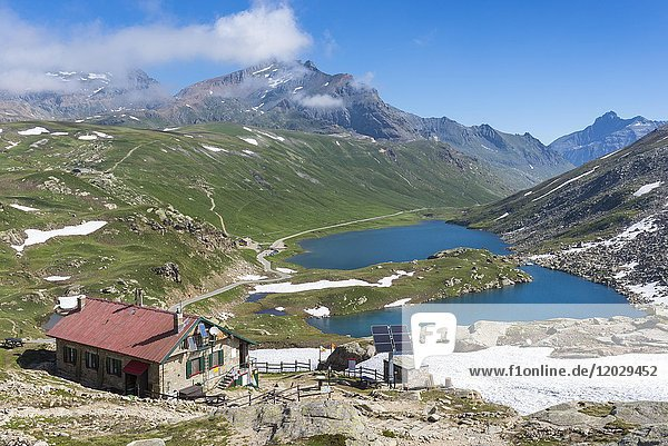 Berghütte Rifugio Citta di Chivasso  Hochebene mit See Rifugio Savoia  Passstraße Colle del Nivolet  Nationalpark Gran Paradiso  Ceresole reale  Piemont  Italien  Europa