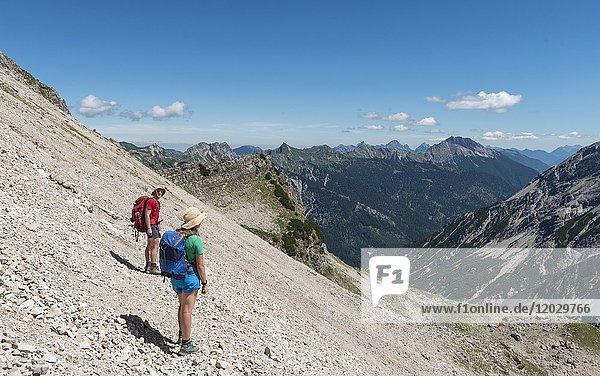 Wanderer in einem Geröllfeld  Blick auf Kesselspitze und Sattelkoopf  Allgäu  Allgäuer Hochalpen  Bayern  Deutschland  Europa