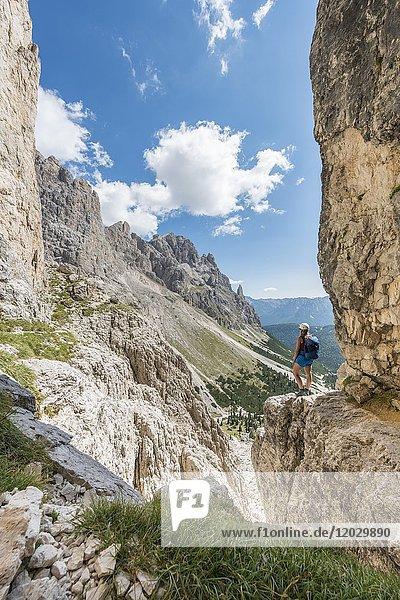 Wanderin bei der Umschreitung der Rosengarten-Gruppe  Dolomiten  Südtirol  Trentino-Alto Adige  Italien  Europa