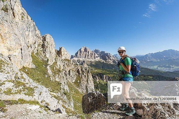 Frau auf Wanderweg zum Nuvolau und Averau  Blick auf Tofane  Dolomiten  Südtirol  Trentino-Alto Adige  Italien  Europa