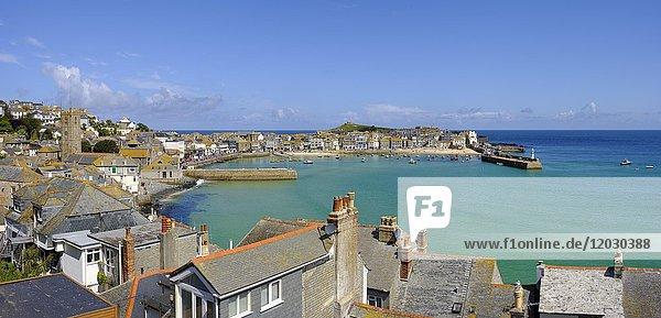 Panoramablick über den Hafen  St Ives  Cornwall  England  Großbritannien  Europa
