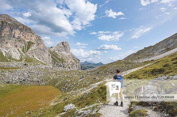 Wanderer auf dem Rundwanderweg um die Sella Gruppe,  Grödner Joch,  Passo Gardena,  Naturpark Puez-Geisler,  Dolomiten,  Selva di Val Gardena,  Südtirol,  Trentino-Alto Adige,  Italien,  Europa