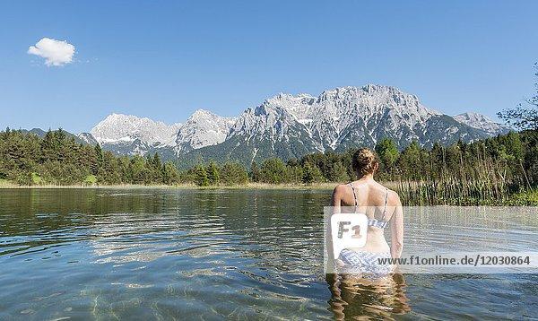 Frau badet im Luttensee  Westliche Karwendelspitze  Karwendelgebirge  Mittenwald  Bayern  Deutschland  Europa