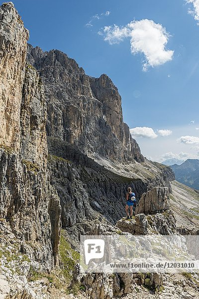 Wanderin bei der Rosengarten-Gruppe Umschreitung,  Dolomiten,  Südtirol,  Trentino-Alto Adige,  Italien,  Europa