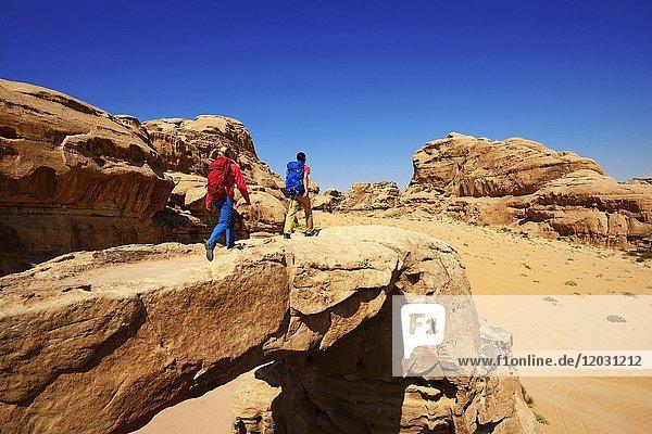 Paar wandert am Rock-Arch Um Alfrooth  Wadi Rum  Jordanien  Asien