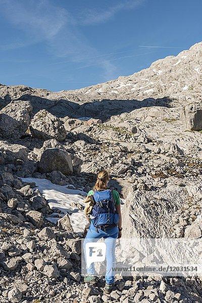 Wanderinn auf dem Wanderweg zum Königssee und der Wasseralm  Steinernes Meer  Nationalpark Berchtesgaden  Bayern  Deutschland  Europa