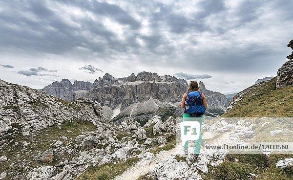 Wanderin auf dem Weg zur Cirspitze  Sella Gruppe  Grödner Joch  Passo Gardena  Naturpark Puez-Geisler  Dolomiten  Selva di Val Gardena  Südtirol  Trentino-Alto Adige  Italien  Europa