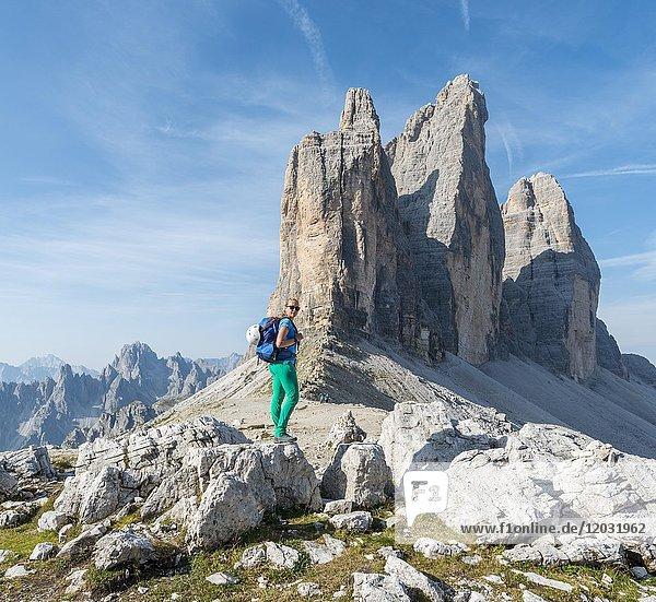 Wanderin am Paternsattel,  Nordwände der Drei Zinnen,  Sextner Dolomiten,  Provinz Südtirol,  Trentino-Südtirol,  Alto-Adige,  Italien,  Europa