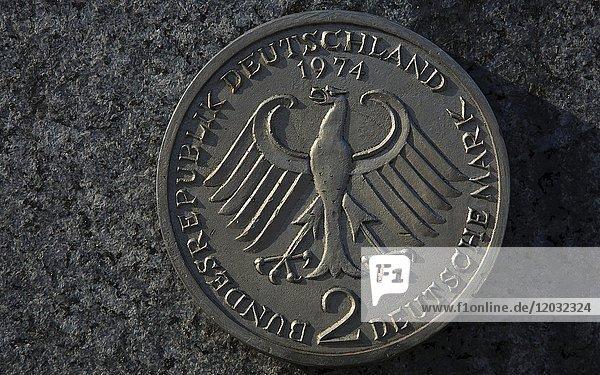 Zwei Deutsche Mark mit Bundesadler  D-Mark  Münze