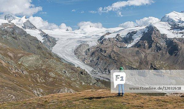 Wanderin blickt vom Unterrothorn auf den Findelgletscher  Gletscherzunge  Zermatt  Valais  Schweiz  Europa