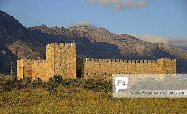 Burg Frangokastello im Abendlicht  Frangokastello  Sfakion  Kreta  Griechenland  Europa