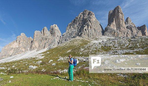 Wanderin auf dem Wanderweg zu den Drei Zinnen  Sextner Dolomiten  Provinz Südtirol  Trentino-Südtirol  Alto-Adige  Italien  Europa