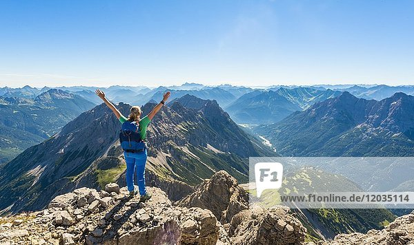 Wanderin blickt auf Berge und Alpen,  Blick vom Hochvogel,  links Kleiner Roßzahn,  Allgäu,  Allgäuer Hochalpen,  Bayern,  Deutschland,  Europa