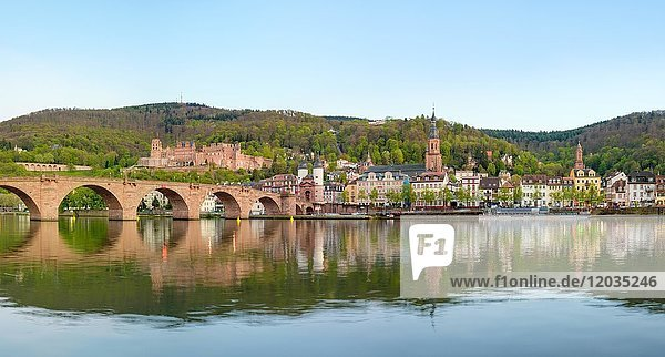 Alte Brücke über den Neckar mit Schloss und Altstadt  Heidelberg  Baden-Württemberg  Deutschland  Europa