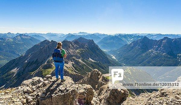 Wanderin blickt auf Berge und Alpen  Blick vom Hochvogel  links Kleiner Roßzahn  Allgäu  Allgäuer Hochalpen  Bayern  Deutschland  Europa