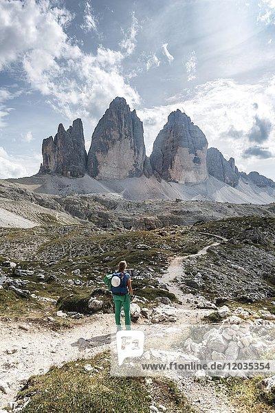 Wanderin auf Wanderweg zum Col Forcellina  Nordwände der Drei Zinnen  Sextner Dolomiten  Provinz Südtirol  Trentino-Südtirol  Alto-Adige  Italien  Europa