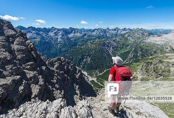 Wanderer blickt auf Berge und Alpen  Wanderweg zum Hochvogel  Allgäu  Allgäuer Hochalpen  Bayern  Deutschland  Europa