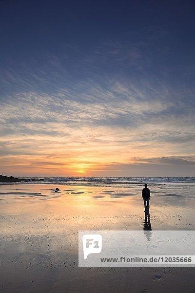 Frau am Praia da Borderia Strand bei Sonnenuntergang  Carrapateira  Costa Vicentina  Westküste  Algarve  Portugal  Europa