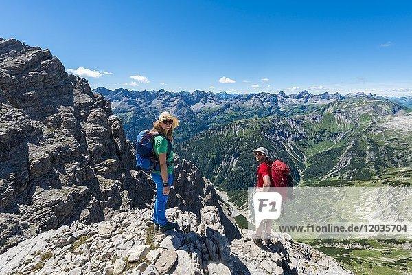 Zwei Wanderer schauen in die Kamera  Wanderweg zum Hochvogel  Berge und Alpen  Allgäu  Allgäuer Hochalpen  Bayern  Deutschland  Europa