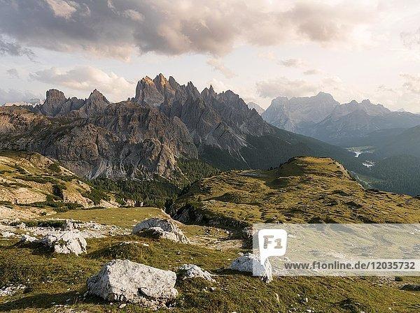 Sonnenuntergang am Monte Campedelle und Col de le Bisse  Sextner Dolomiten  Südtirol  Trentino-Südtirol  Alto-Adige  Italien  Europa