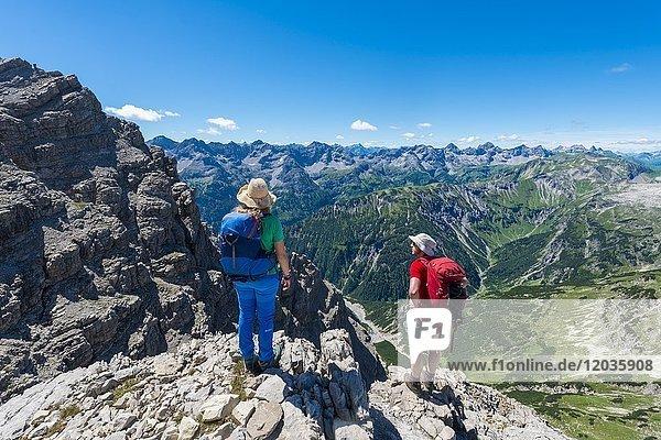 Zwei Wanderer blickt auf Berge und Alpen  Wanderweg zum Hochvogel  Allgäu  Allgäuer Hochalpen  Bayern  Deutschland  Europa