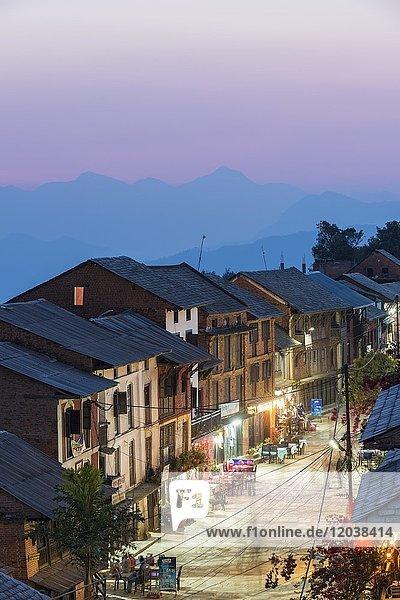 Straße bei Abennämmerung im Bergdorf Bandipur  Tanahun District  Nepal  Asien