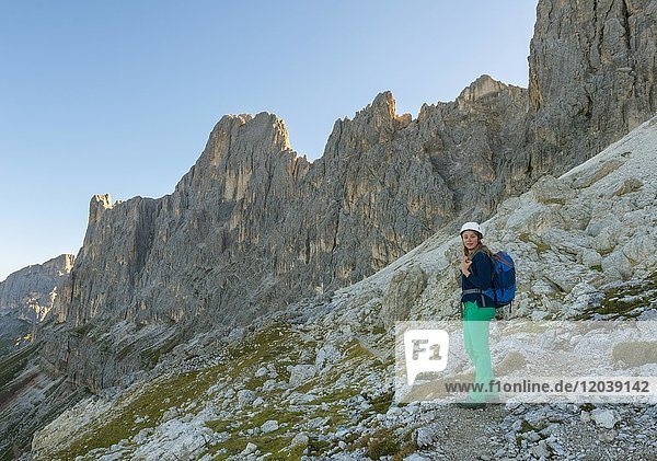 Wanderin am Santner-Klettersteig  Rosengarten-Gruppe  Dolomiten  Südtirol  Trentino-Alto Adige  Italien  Europa