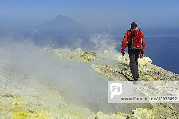 Wanderer auf dem Gran Cratere läuft durch Schwefelfumarolen  Insel Vulcano  Liparische Inseln  Sizilien  Italien  Europa