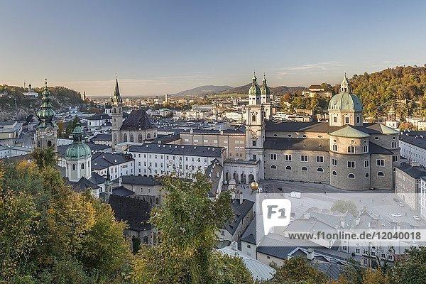 Blick auf Salzburger Dom und Altstadt  Stadt Salzburg  Salzburg  Österreich  Europa