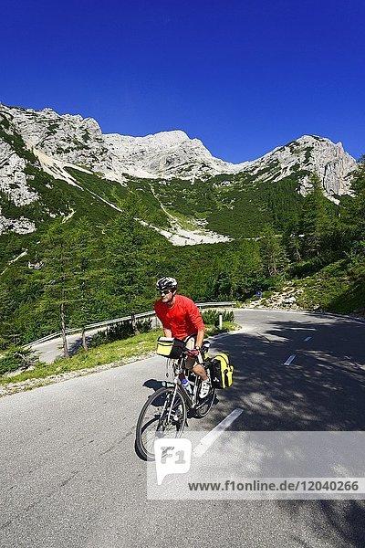 Radfahrer auf der Passstraße zwischen Vrsic  Kranjska Gora  Julische Alpen  Slowenien  Europa