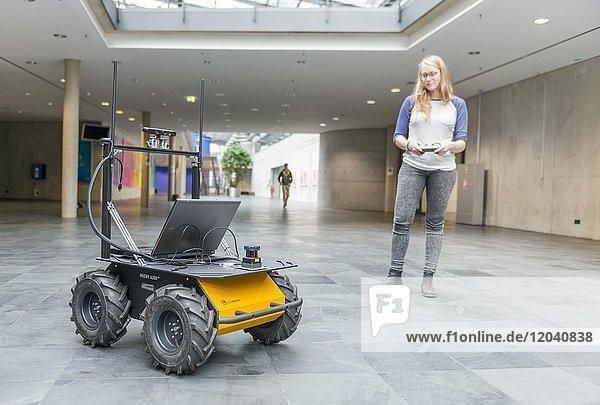 Studentin steuert ein Roboter-Auto  autonomes Fahren  Hochschule München  Bayern  Deutschland  Europa
