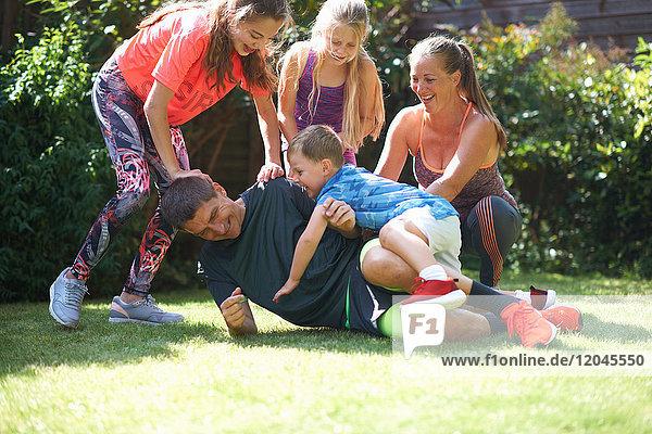 Familie spielt im Garten