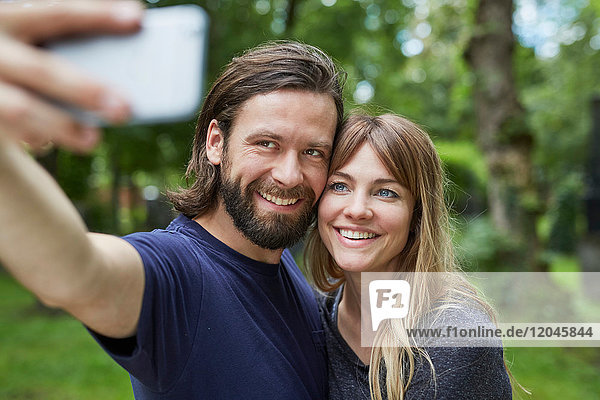 Paar beim Selbermachen im Park