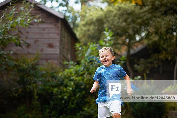 Junge rennt im Garten