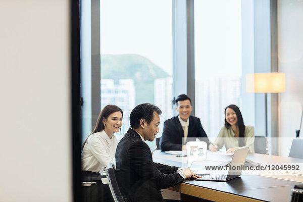 Kollegen treffen sich im Sitzungssaal