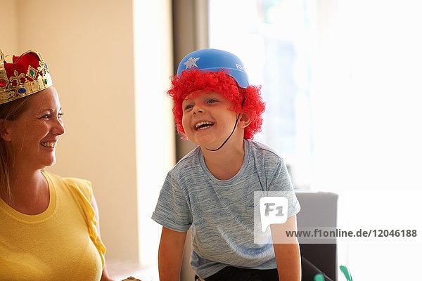 Mutter und Sohn spielen Verkleiden  tragen lustige Hüte  lachen