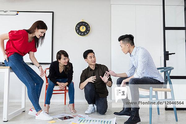 Team von Kollegen beim Brainstorming von Ideen