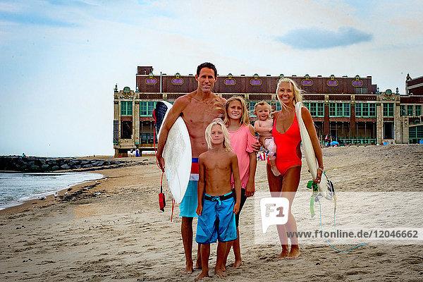 Porträt eines surfenden Ehepaares mit Sohn und Tochter am Strand  Asbury Park  New Jersey  USA