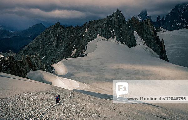 Bergsteiger auf dem Gletscher Mer de Glace  im Mont-Blanc-Massiv  Courmayeur  Aostatal  Italien  Europa