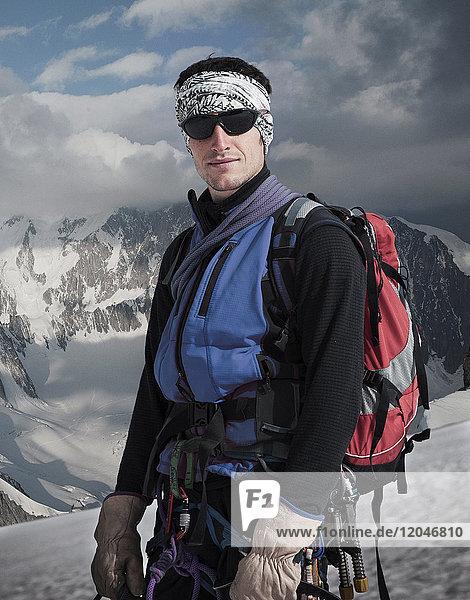 Porträt eines Bergsteigers auf dem Mont Blanc  Courmayeur  Aostatal  Italien  Europa