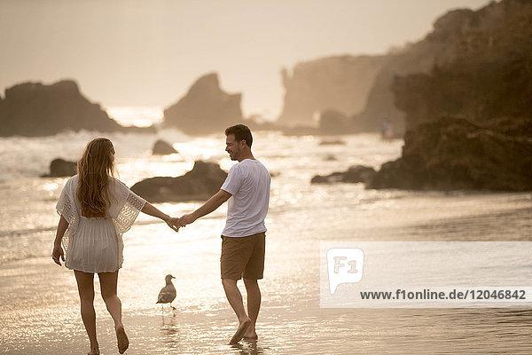 Romantisches Paar am Strand  Malibu  Kalifornien  USA