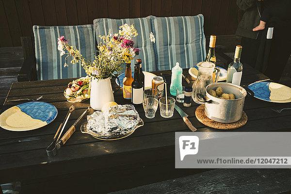 Hochwinkelansicht der Speisen auf Holztisch in der Ferienvilla