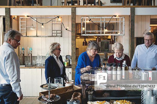 Seniorinnen und Senioren beim Mittagsbuffet im Restaurant